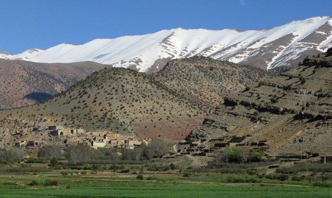 Le village d'Aït Imi (vallée heureuse), sur fond de Ouarz enneigé