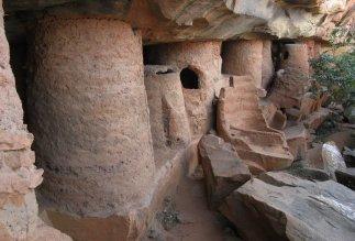 Falaise des « grottes » de Nano : les anciens greniers