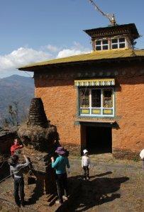 L'entretien du stupa en mars 2014, il faudra revenir un jour pour réparer...