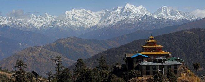 Vue d'ensemble du monastère sur la chaine du Numbur, et l'Everest au second plan