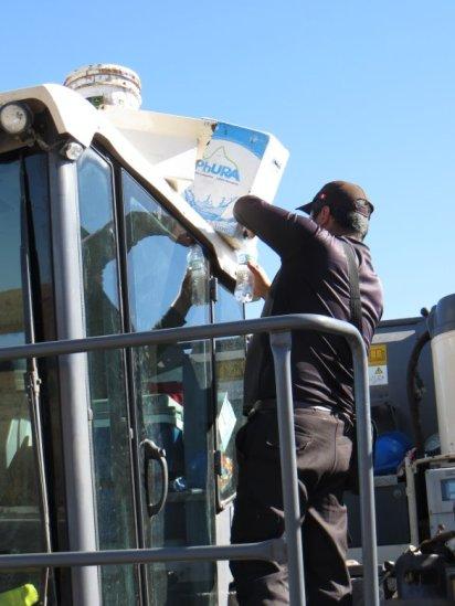 Ravitaillement en eau auprès des hommes de chantier de la route