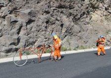 Sur la route en travaux, vélo de géomètres.