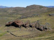 Les coulées volcaniques servent d'abris troglodytes aux bergers