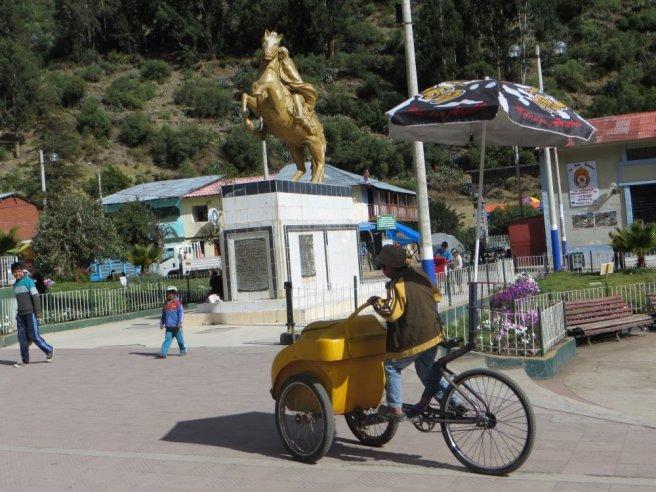 """""""Vélo-glace"""" sur la place de Chalhuanca"""