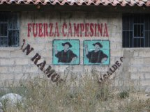 Affichage des campagnes électorales, omniprésent sur les maisons au bord des routes