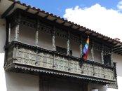 Balcons de bois et drapeau inca