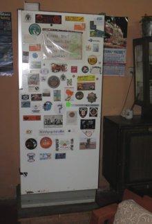 Le réfrigérateur de la salle commune aux couleurs des cyclos