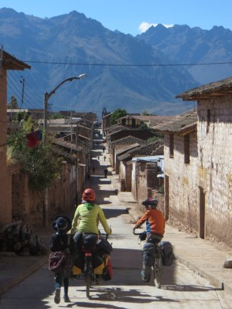 Les écoliers nous suivent en courant à Maras, et essaieront le tandem à t