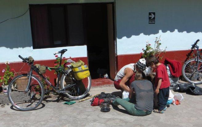 Discussion culinaire de voyageurs à vélo