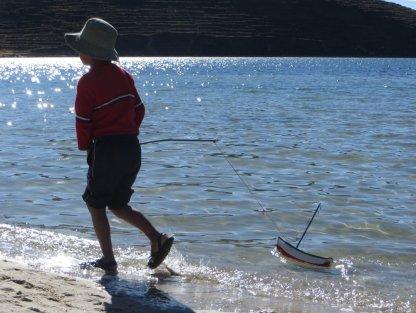 Les enfants de Chall'pampa jouent avec des bateaux en bois de toute beauté (on trouvera les mêmes à Copacabana !)