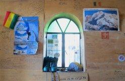 L'intérieur du refude : le mur sert de Livre d'Or