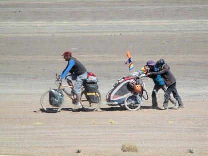 Gaspard et Thomas poussent Seb dans le sable