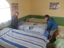 Les enfants nettoient les dortoirs
