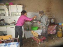 Emmanuelle aide Luis dans la cuisine