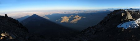 Ombre portée du Licancabur sur le désert d'Atacama