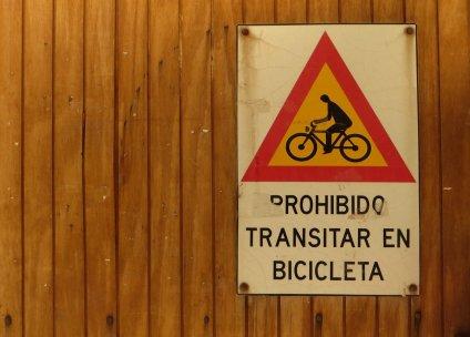 Vélo interdit dans le marché !