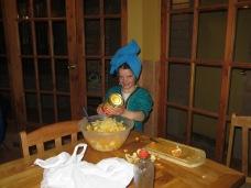 Adélie fait la salade de fruits