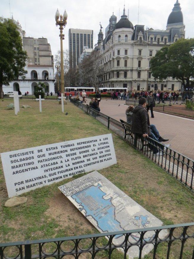 Le problème des Malouines (guerre contre les britanniques dans les années 1980) est toujours vivace, les cartes d'Amérique du Sud en vente ici indiquent qu'elles appartiennent à l'Argentine !
