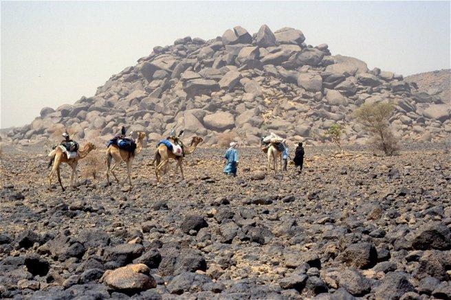Notre caracvane traverse un chaos granitique à l'ouest des Bagzan