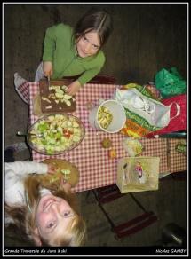 Adèle et Adélie en pleine préparation du dessert