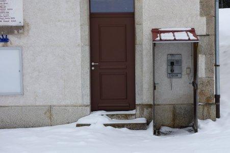 Les enfants, voici... une cabine téléphonique : on va vous expliquer !
