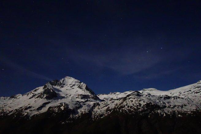 Ciel étoilé de pleine lune, au dessus de la Dent Parrachée