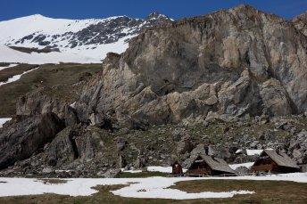 Le refuge d'hiver (à gauche) au pied du rocher de la Femma