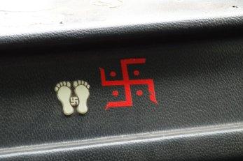 La svastika indienne (symbole d'éternité et de paix) à ne pas confondre avec la croix gammée nazie...