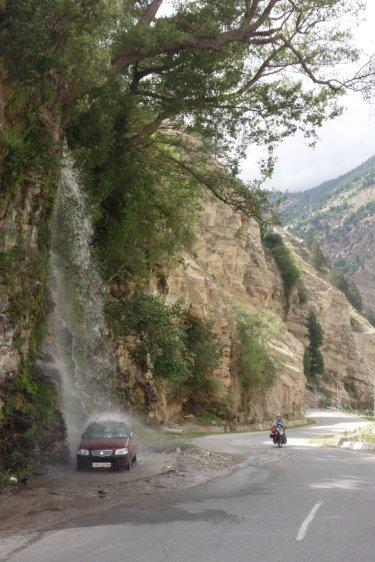 Lavage de voiture gratuit sous une cascade avant Akpa