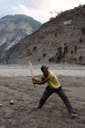 """Partie de cricket sur la """"plage""""de Moorang (rive gauche de la Sutlej)"""