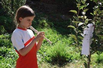Adélie joue de la flûte dès le reveil
