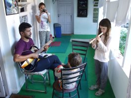 Un musicien indien accompagne Adélie à la guitare (hôtel de Kaza - Spiti)
