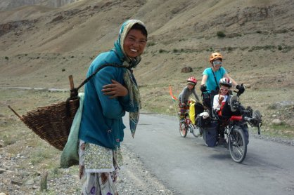 Jeune fille ramassant des bouses de vaches séchées pour le combustible