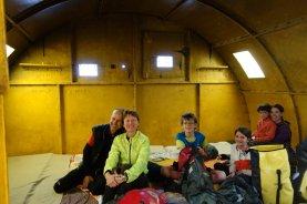 Avec Stéphane et Jessica dans notre igloo métallique de Batal