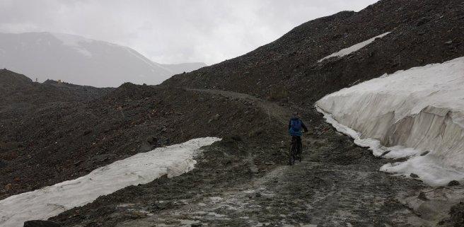Gaspard arrive à vélo sous la neige au Shingo La (5100 m)