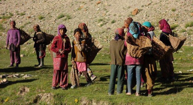 Femmes partant à la récolte des bouses de vaches
