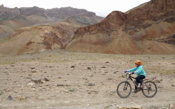 Adélie sur le grand vélo de Gaspard