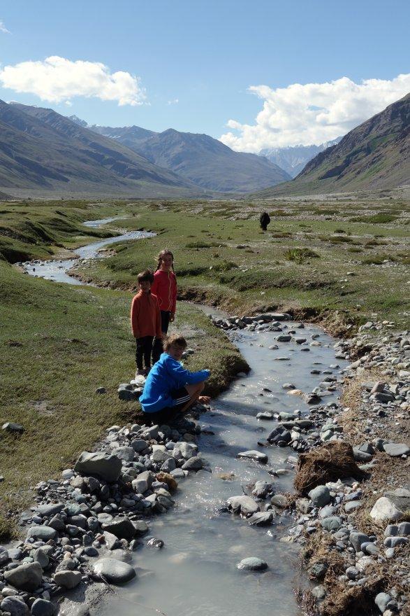 Apprentis constructeurs de ponts himalayens...sous la houlette de Gaspard !