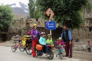 Future petite cycliste venant à notre rencontre, dans un village où on fait attention à sa ligne : Sangra !!