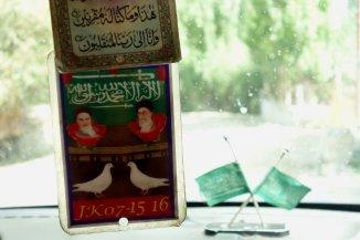 En voiture, Komeini et Khamenei, accompagnés des colombes de la paix.