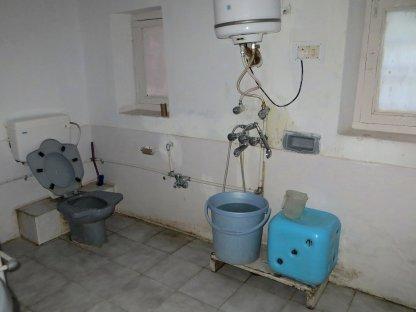 Salle de bain GRAND luxe à Kaza : mention spéciale aux toilettes à la turques... en hauteur !