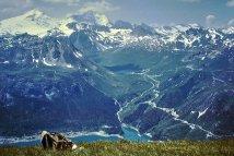 Val Claret et lac de Tignes (en arrière-plan), barrage du Chevril (premier plan) (1963)