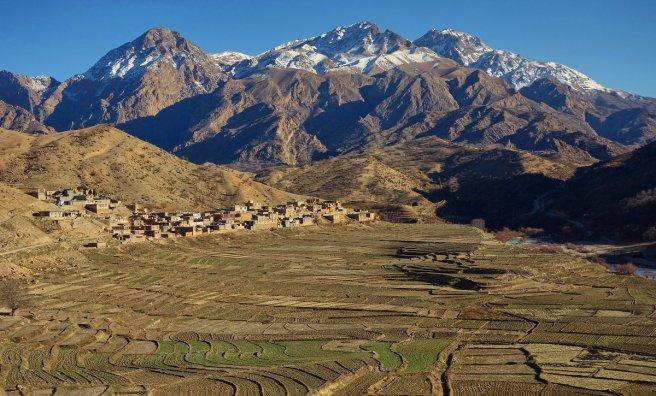 Kata, joli village, au pied de l'extrémité nord-occidentale du Déna