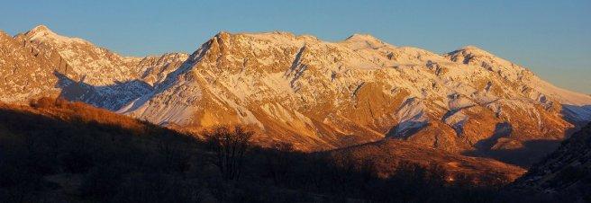 Les montagnes qui dominent Sisakht : tout à gauche, le Kal-e-Kharman (4200 m) ; et à droite, le massif secondaire du Qalam (3600 m)