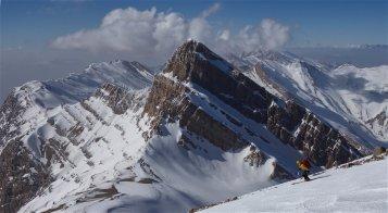 Face au Morgol (4380 m), Rémi descend la pente sommitale du Gash Mastan