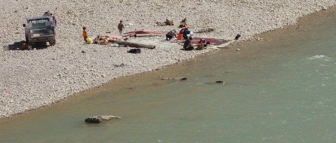 Lavage de tapis au bord de la rivière