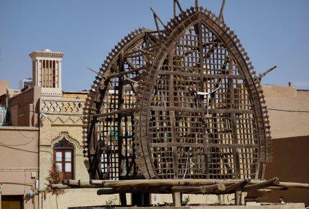 """Quid ? On a bien demandé à des passants ce que signifiait cette cage en bois qu'on voit assez souvent. Une famille nous a répondu : """"C'est utilisé pour des rituels religieux, mais nous on ne connait pas et on ne pratique pas !"""". Bon après recherche il s'agit d'un Nakhl, le tombeau de Hossein transporté avec des tentures lors de l'Achoura."""