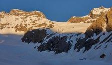 La barre qui s'épare les 2 glaciers des Rouies (avec la petite langue de neige salavatrice)