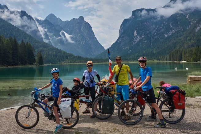En famille, devant le lac de Dobbiaco, dans les Dolomites italiennes