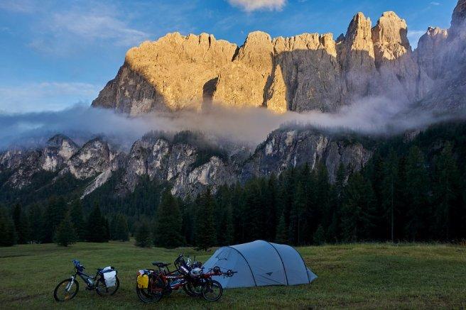 Bivouac dans les Dolomites italiennes, sous le Passo Gardena (vers 1800 m d'altitude)